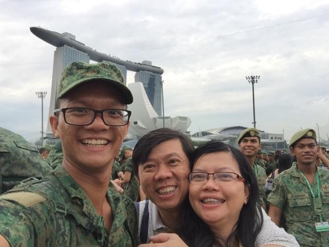Bersama bonyok, backgroundnya Marina Bay Sands, gedung ikonis di Singapur